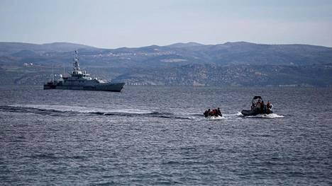 Euroopan raja- ja merivartioston Frontexin alus saattoi afganistanilaisia siirtolaisia kuljettanutta venettä Kreikassa Lesboksen saaren läheisyydessä viime viikolla.