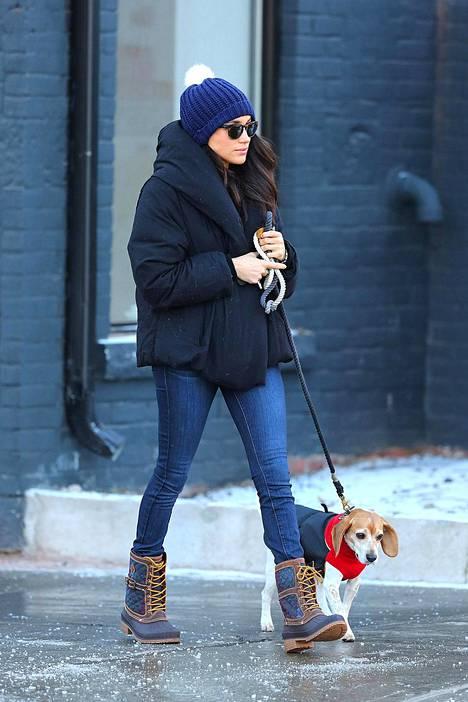 Herttutatar Meghan kuvattiin vuonna 2016 eläinsairaalaan edustalla koiransa Bogartin kanssa.