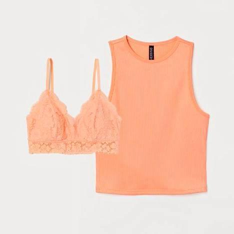 Vaatteen alta näkyvät olkaimet eivät näytä tökeröiltä, jos liivien ja yläosa sävy on sama. Liivit 12,99 € ja ribbitoppi 9,99 €, H&M.
