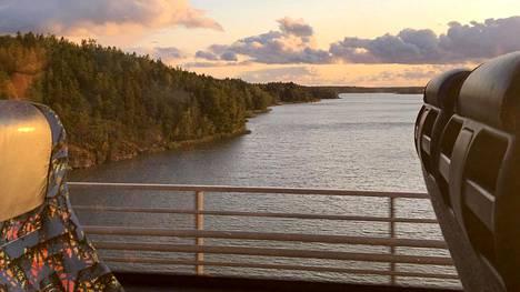 Bussimaisemia Sauvo-Kemiönsaari-sillalla.