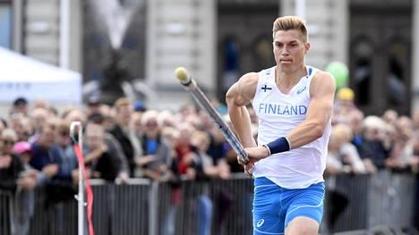 Eemeli Salomäki teki viimeiset kisahyppynsä Tampereella Ruotsi-ottelussa.