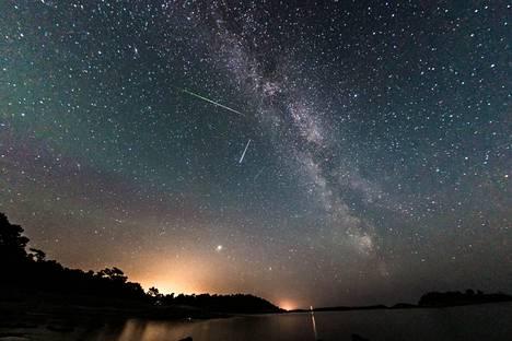 Lukija nappasi kuvan perseidien tähdenlennosta perjantaina aamuyöllä Porkkalanniemessä Kirkkonummella.