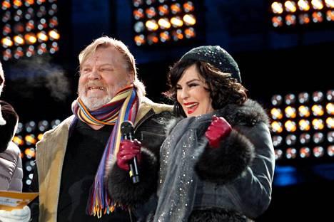 Paula ja Vesku duetoivat Senaatintorin uudenvuodenjuhlassa vuonna 2011, kun he esittivät Juice Leskisen kappaleen Pyhä toimitus.