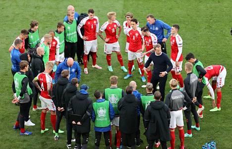 Kasper Hjulmand puhuu joukkueelleen.