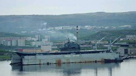 Arkistokuva Admiral Kuznetsov -lentotukialuksesta kuivatelakalla Murmanskissa.