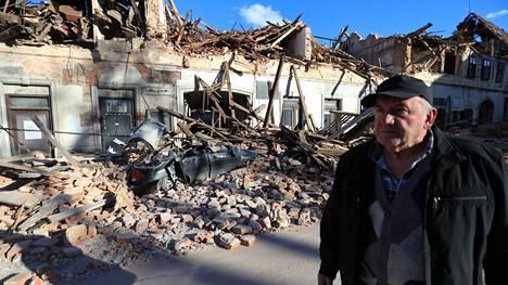 Paikallinen mies tarkasteli maanjäristyksen tuhoja Petrinjassa tiistaina.