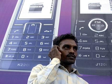 Älypuhelimien yleistymisen arvellaan johtaneen myös suurempaan Skype-palvelujen käyttöön ja sitä kautta Intian operaattorien tulojen supistumiseen.