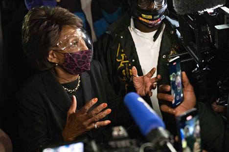 Kongressiedustaja Maxine Waters puhui mielenosoittajille lauantaina.