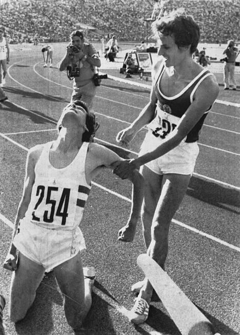 Sebastian Coe otti ilon irti voitettuaan 1500 metrin juoksun. Olympia-, ei brittilipun alla kilpaillutta englantilaista onnitteli hopeaa juossut itäsaksalainen Jürgen Straub.