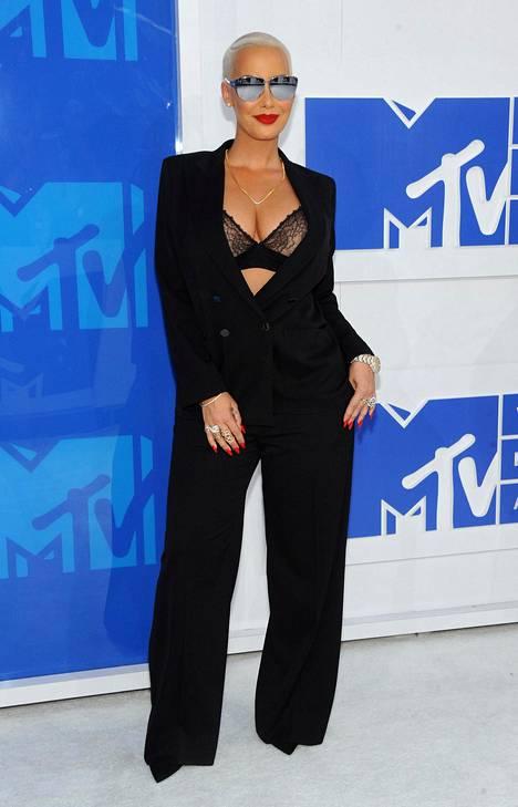 Malil-laulaja Amber Rosen asun jujuna olivat pitsirintaliivit.
