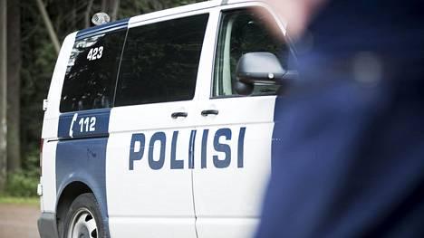 Poliisi otti miehen kiinni epäiltynä törkeästä varkaudesta ja huumausainerikoksesta.