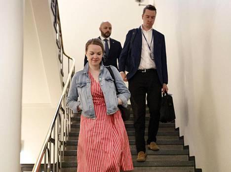 Katri Kulmunin esiintymisvalmennus alkoi elokuun 2019 alussa, kun hän oli kampanjoimassa keskustan puheenjohtajaksi. Kuvassa Kulmuni poistuu eduskunnassa tiedotustilaisuuden jälkeen.