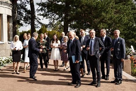 Antti Rinteen (sd) hallituksessa on kaikkiaan 15 valtiosihteeriä, kun Sipilän hallituksessa valtiosihteereitä oli vain neljä. Ero on suuri myös avustajien määrässä: Sipilän hallituksessa erityisavustajia oli 42 ja Rinteen hallituksessa enintään 70.