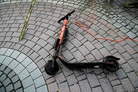 Kaupungeilta toivotaan parempaa ohjeistusta, mihin vuokrattavan sähköpotkulaudan saa jättää. Tämä laite löytyi Ratinan suvannosta Tampereella.