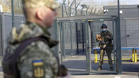 Ukrainalainen sotilas seisoi vartiossa Venäjän tukemien separatistien miehittämällä raja-asemalla.