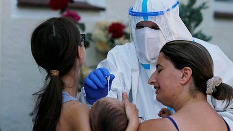 Pikkulapselta otettiin koronavirustesti Saksan Güterslohissa.