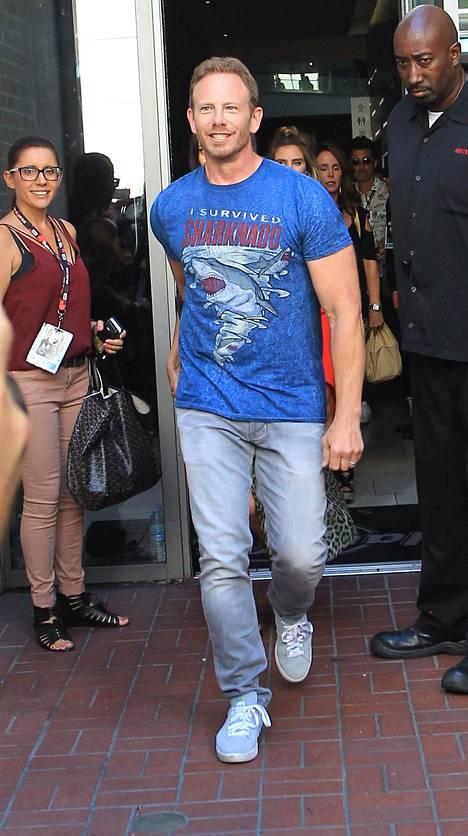 """""""Selvisin Haihurrikaanista"""" julisti Ian Zieringin paita."""