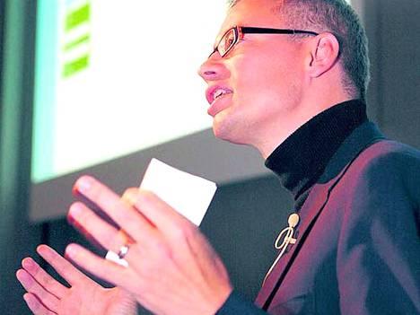 Nokian teknologiajohtaja Tero Ojanperä esitteli tiistaina Oulussa näkemyksiään siitä, kuinka matkapuhelimet kytkeytyvät osaksi nettiyhteisöjä.
