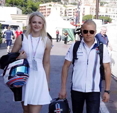 Emilia ja Valtteri kävelivät onnellisina Monacon kaduilla lauantaina ennen vapaita harjoituksia ja aika-ajoja