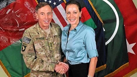 Petraeus poseerasi Paula Broadwellin kanssa näin aurinkoisesti kesällä 2011.