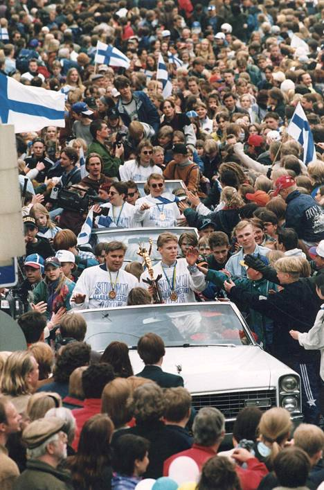 MM-sankareita oli vastassa valtava määrä suomalaisia, kun joukkue palasi Tukholmasta Helsinkiin.
