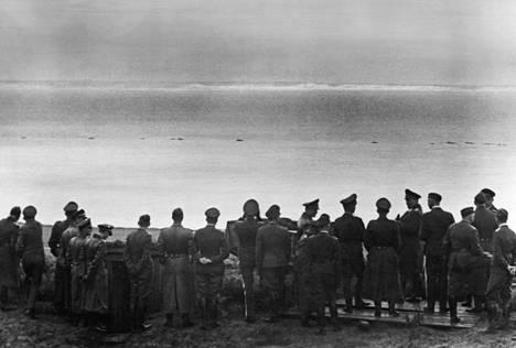 Valloittamaton saari. Valtakunnanmarsalkka Hermann Göring (6. oikealta) ja joukko esikuntaupseereita tähystävät Britannian liitukallioita Ranskan rannikolla lokakuussa 1940.