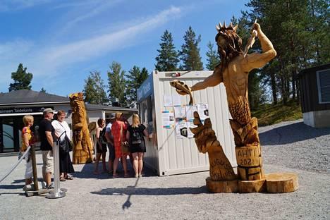 Retretin luolaston avauduttua yleisölle heinäkuun toisella viikolla kävijöitä on riittänyt lippuluukulla pieneksi jonoksi saakka. Sisääntulijoita tervehtii August Eskelisen puuveistos Ahti.