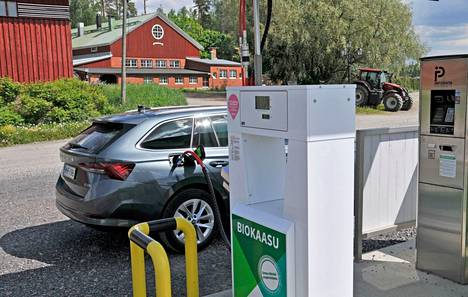 Maa- tai biokaasulla ajaminen tulee polttoaineen osalta varsin edulliseksi. Kaasu-Octaviaa tankattiin muun muassa kuvan Knehtilän tilan biokaasuasemalla.