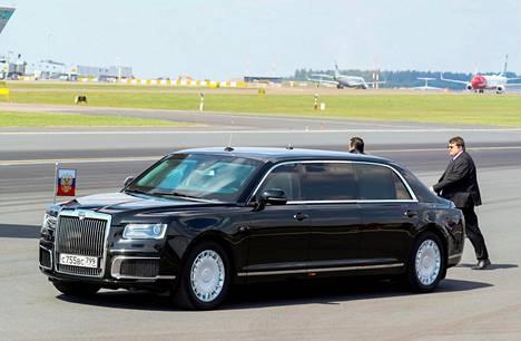 Putinin Aurus Senat Helsinki-Vantaalla. Auton muotoilullisesti erikoisinta antia on nykyään epätavallinen laatikkomaisuus, jolla on varmistettu mm. sisätilojen mahdollisimman tarkoituksenmukainen toteutus. Takapäästä voi tarkkasilmäinen löytää häivähdyksen Bentleytä.