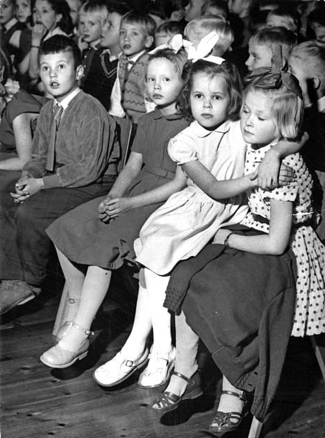 Uno Cygnaeus halusi pojat ja tytöt samaan kouluun. Lasten juhlatyyli vuodelta 1957.