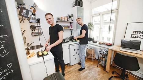 Ragnar Oravin (vas.) ja Peter Lindenin asunnossa ei ole lainkaan uunia, vaan lämmittäminen onnistuu keittolevyllä ja pian myös uunia muistuttavalla kuivaimella. Smoothieblenderi on yksi harvoista asuntoon uutena ostetuista tavaroista.