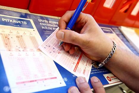Noin 60 prosenttia loton pelaajista pelaa lottoa myyntipaikoilla ja 40 prosenttia netissä.