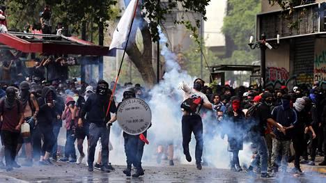Mielenosoittajia Santiagossa 4. marraskuuta 2019.