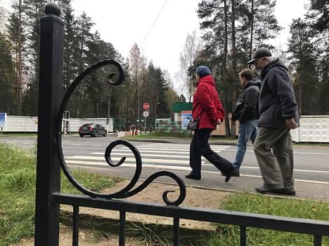 Olga, Vadim ja Juri kävivät Levassovan joukkohaudalla, sillä heidän suvustaan on haudattu sinne viisi miestä. Kuvassa taka-alalla näkyy Levashovon sotilaslentokentälle menevä tarkastuspiste.