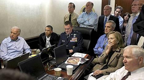 Yhdysvaltain korkein johto seuraamassa hetkeä, jolloin bin Ladenit ammutaan.