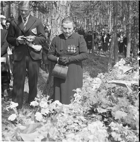 Erään Ilmarisen uhrin äiti muistojuhlassa Naantalissa kesäkuussa 1943. Ristit rinnalla kertovat hänen menettäneen sodassa kolme poikaa, viimeisen vei meri.