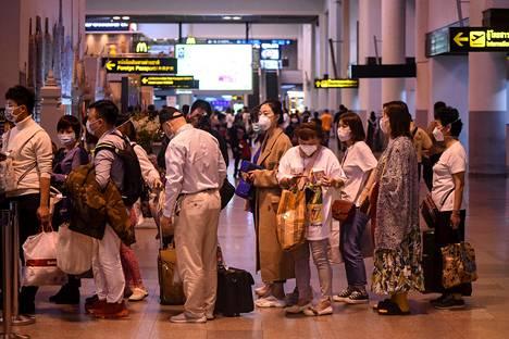 Maskein suojautuneet matkustajat ovat tuttu näky eri maiden lentokentillä Kiinasta levinneen uuden koronaviruksen takia.