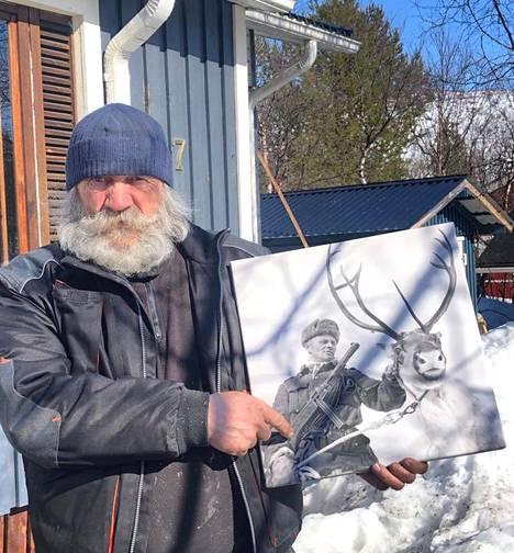 Mustavalkoinen kuva Jouni Halosesta ja porosta riippuu normaalisti Johannes Halosen kodin seinällä Utsjoella, mutta valokuvaa varten hän toi sen ulos pojalleen kuvattavaksi.