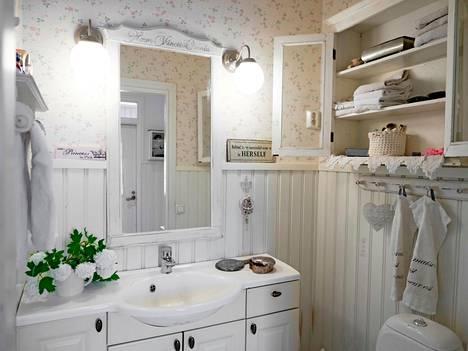 Kylpyhuoneessa on maalaisromanttista tunnelmaa.
