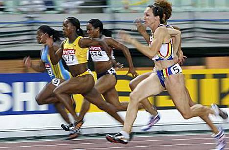Veronica Campbell (kesk.) vei mestaruuden ajalla 11,01.