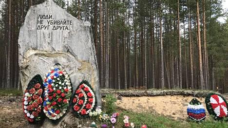 """Sandarmohin tunnusmerkki on kivi, johon on kaiverrettu lause: """"Ihmiset, älkää tappako toisianne."""" Stalinin vainojen joukkohaudat löysi vuonna 1997 Juri Dmitrijev, jota vastaan on meneillään jo toinen oikeudenkäynti lapsiseksisyytteiden vuoksi. Dmitrijevin tukijat pitävät syytteitä tekaistuina."""