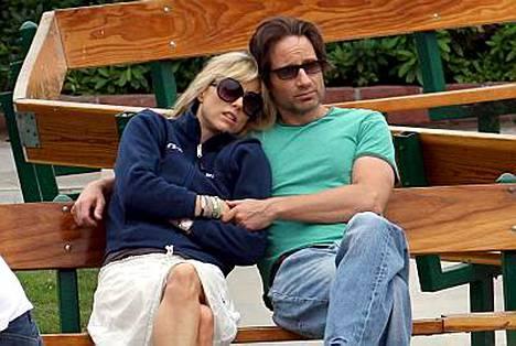 Näin onnellisilta Tea Leoni ja David Duchovny näyttivät vielä viime kesänä lasten leikkipuistossa.