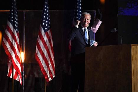 Joe Biden nosti parikin kertaa nyrkkiä ilmaan. Se on asiantuntijan mukaan vahvuuden ilmaus.