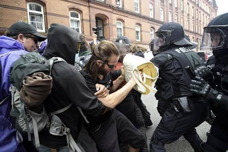 Mielenosoittajat ottivat yhteen poliisin kanssa torstaina.