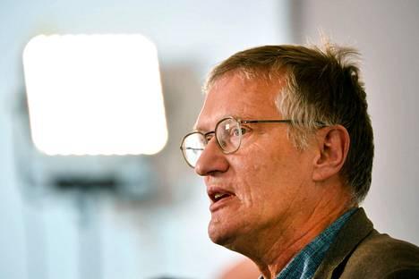 Valtionepidemiologi Anders Tegnelliä pidätään Ruotsin koronastrategian arkkitehtina. Hänen päätään ei ole ainoastaan silitelty kun kuolemantapaukset lähtivät jyrkkään nousuun.