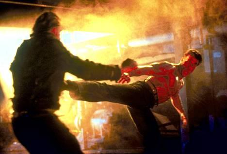Jean-Claude Van Dammen jalka on hänen elokuvissaan taipunut usein varsin notkeasti. Tässä tyylinäyte Lupa tappaa -elokuvasta vuodelta 1990.