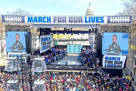 Kongressirakennus siinsi tapahtumalavan takana Washingtonin hallintokeskuksessa järjestetyssä mielenosoituksessa.