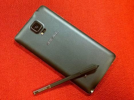 Note 4 on tyylikäs myös toiselta puolelta. Kameran linssin alla on led-salama sekä sykemittari, jonka päälle sormenpää laitetaan.