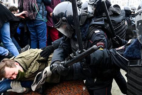 Mellakkapoliisit kohtelivat Moskovassa mielenosoittajia kovin ottein lauantaina.