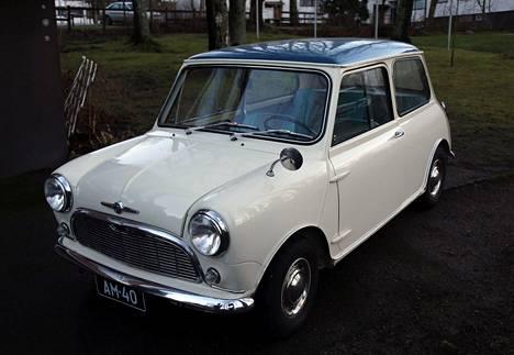 Kuningatar Elisabet lahjoitti Kekkoselle Minin, jota Sylvi opetteli ajamaan.